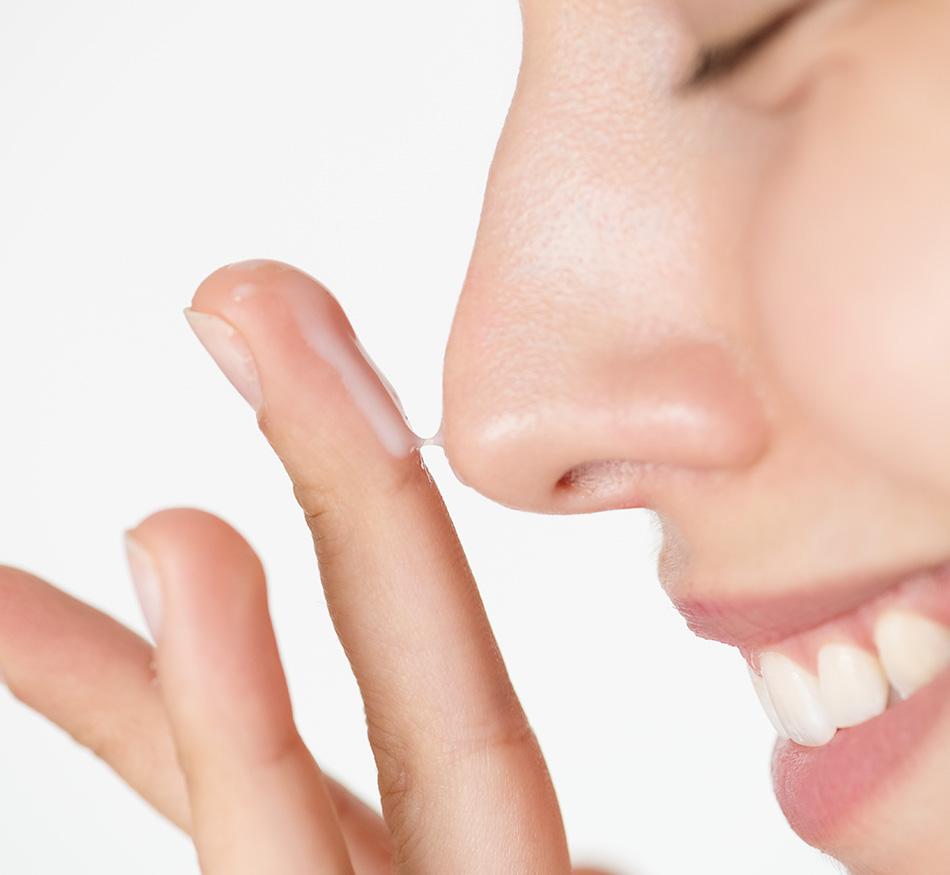El contorno de ojos se aplica antes o después de la crema hidratante